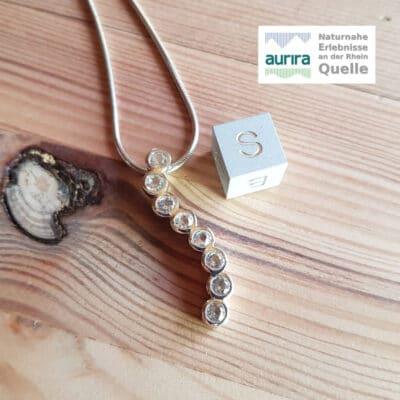 Acht facettierte Bergkristalle als Anhänger in 925 Sterling Silber gefasst mit Schlangenkette